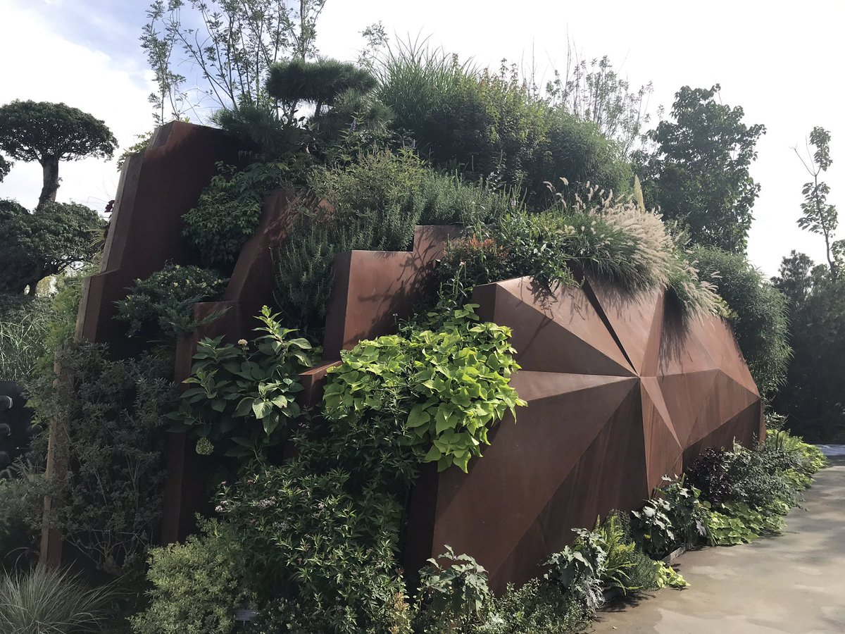 Personal favourite of the #beijinghorticulturalexpo #beijingexpo Chinese gardens has to be the #hubei garden, with its dramatic entrance depicting the 3 gorges of the #yangtze river #china @TheBotanics #rbgehort