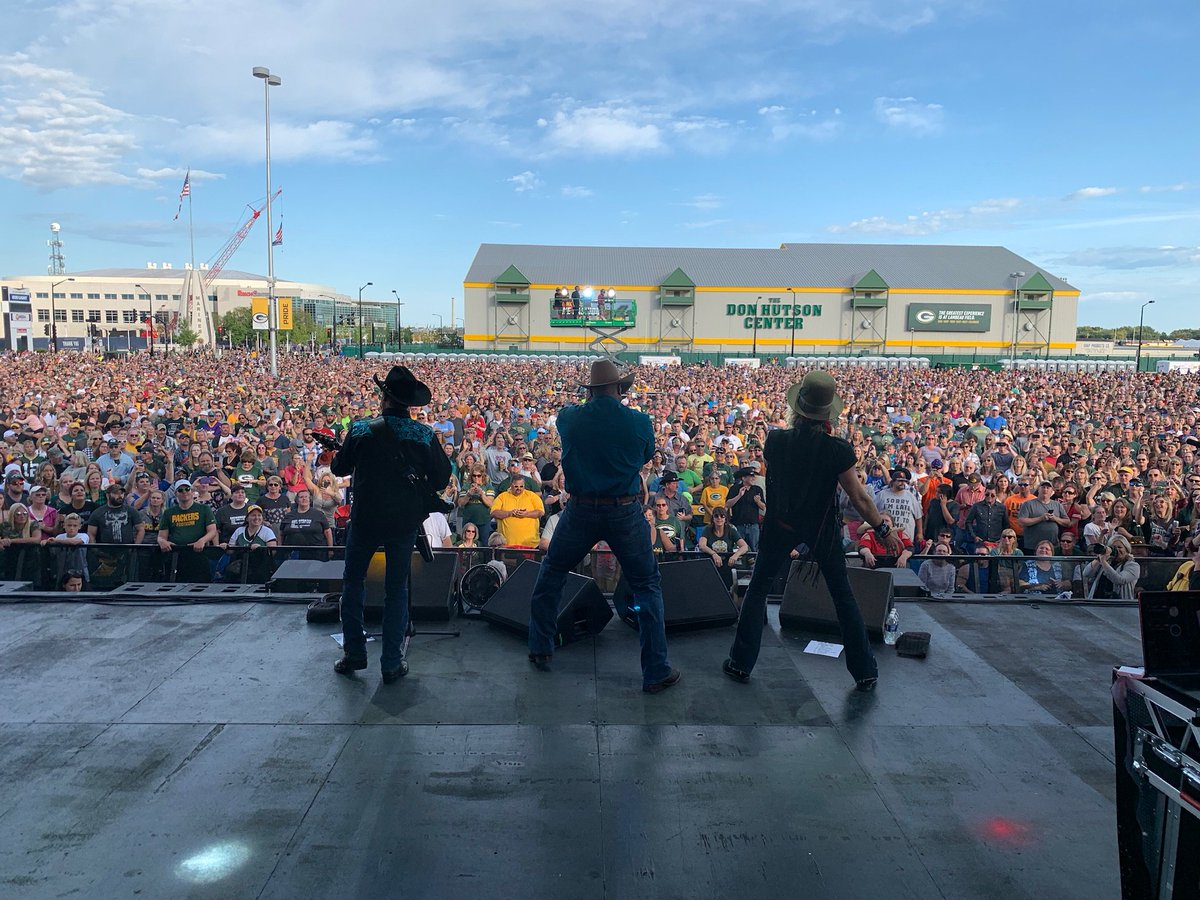 Green Bay! We love you! What a crowd! What a great, great time! Y'all RAWK! Love ya big time!!!