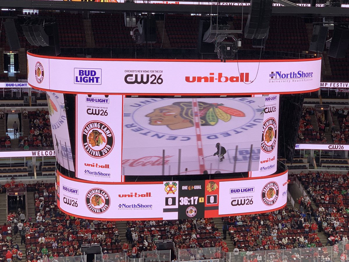 Up-close look at #Blackhawks gigantic new scoreboard. It's the largest center-hung screen display with highest resolution technology among NHL/NBA arenas. <br>http://pic.twitter.com/wTteRNX0cT