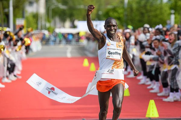 Kenya's  Geoffrey Kamworor BREAKS the Half Marathon World Record with a time of 57mins 59sec to win the Copenhagen Half Marathon. <br>http://pic.twitter.com/qXhzbuXdrm