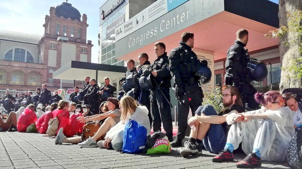 Respekt geht an @oekofuzzi und alle anderen, die heute die #IAA blockieren. Es gilt jetzt sehr deutliche Zeichen zu setzen. Wir haben keine Zeit mehr.  #IAA #SandimGetriebe #Klimakrise #extensionrebellion #Fridays4Future
