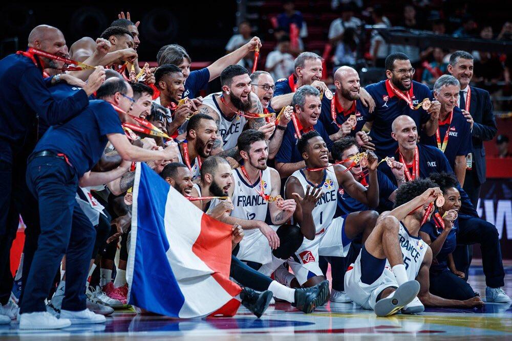 BRAVO LES BLEUS ! 🥉👏  Fiers de notre coach Vincent Collet, et des 4 anciens SIGmen : @FrankLikina @toups_33 @Louis_Labeyrie @PaulPopox 💪🔥🇫🇷   #FRAAUS #FIBAWorldCup2019 #FIBAWC #TeamFranceBasket   📸 @FIBAWC