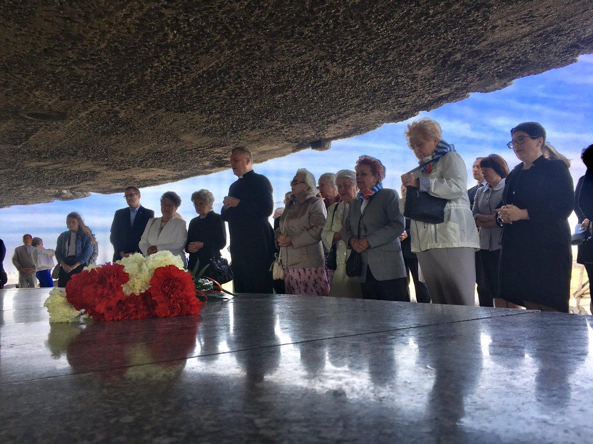 Wysłuchanie wspomnień o bł. ks. Romanie Archutowskim, więźniu Majdanka oraz modlitwa za pomordowanych i złożenie kwiatów w Mauzoleum – tak uczestnicy uroczystości upamiętnili pomordowanych w KL Lublin. #Majdanek
