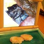 これは食べづらい?魚の生前の写真を見せながら目の前で調理するヤバい寿司屋!