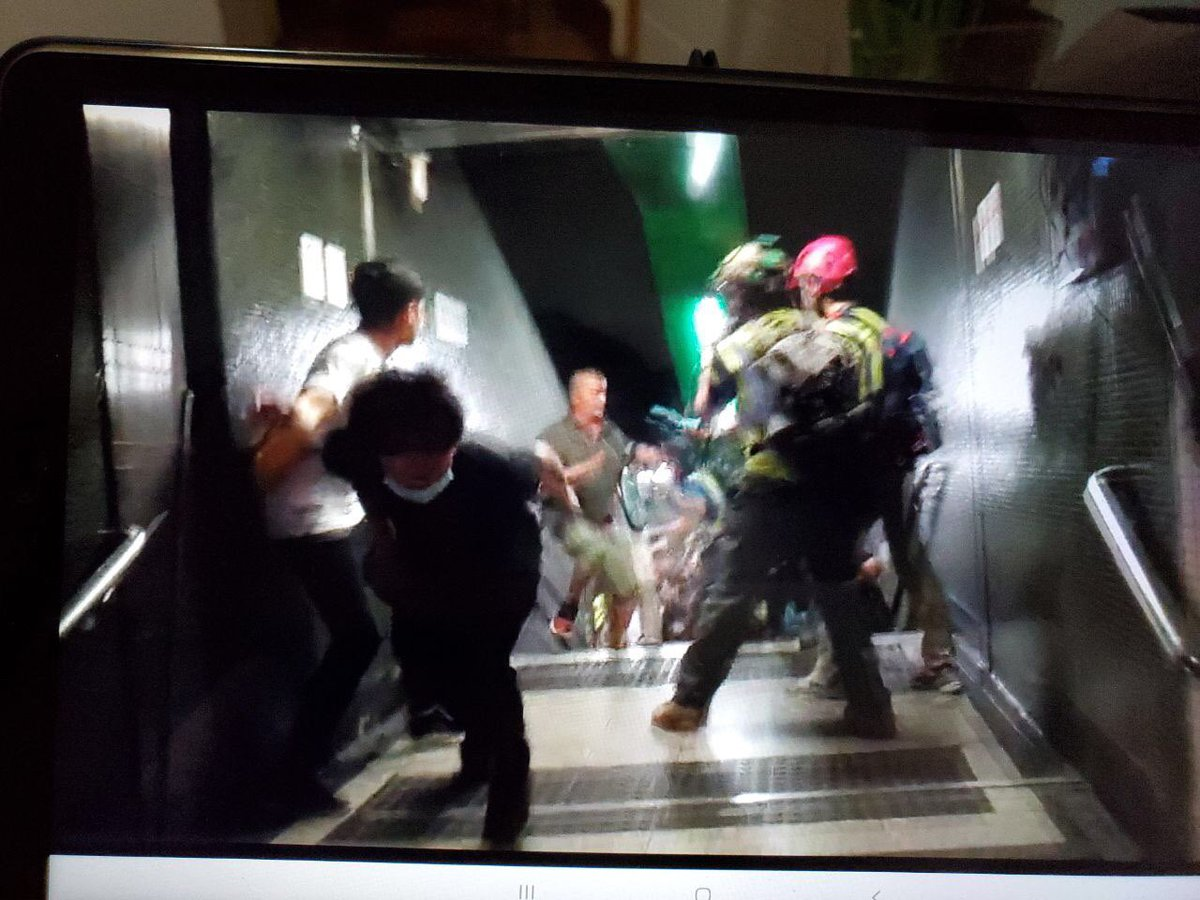 1959 #FortressHill Fujian gangs attacking people at mtr exit, right under the eyes of riot police. Riot police then attempt to separate the two groups, no arrests made so far according to StandNews livestream<br>http://pic.twitter.com/gcmMAjCX2G