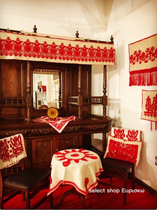 10月25.26.27日に行う「ハレの日に〜」。 会場の函館市地域交流まちづくりセンター1階にある函館洋家具をトランシルヴァニアの赤い刺繍「イーラーショシュ」で飾り付けします!  お洒落して記念撮影はいかが? 民族衣装の試着もあります  #拡散希望RTお願い致します  #コスプレイヤーさんと繋がりたい