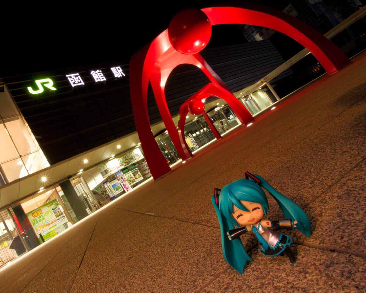 #函館みくさんぽ 函館駅1 8月上旬に行った函館のお散歩の様子です!今回は夜の函館駅から出発です! 駅前のよくわからないオブジェと新幹線が描かれた幕の前で記念撮影!