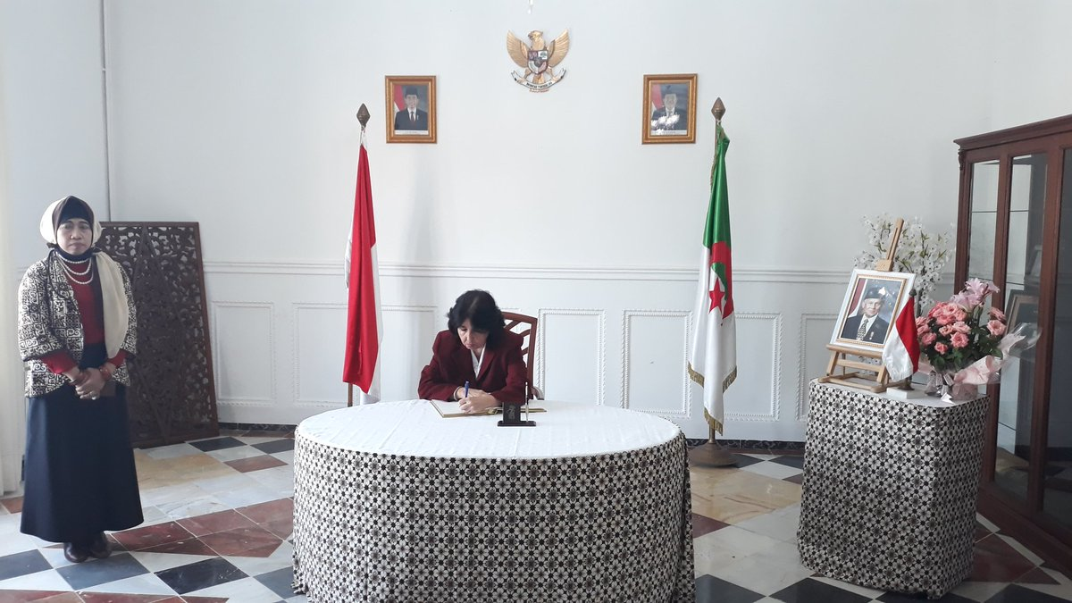 Embajadora de #Cuba🇨🇺@ClaraPulido firma libro de condolencias abierto en @AlgerKbri, expresando más sentido pésame por el fallecimiento del expresidente de #Indonesia🇮🇩, Bacharuddin Jusuf Habibie. #BJHabibie