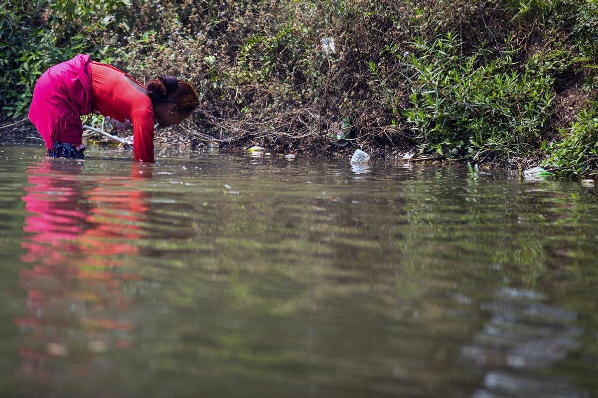 Woman 🎣 fishing in a lake in Nepal🇳🇵 buy handmade trade goods at http://www.thirdworldtraid.com #nepal #nepali #nepaltravel #nepalese #notforprofit #nepaltourism #souvenirs #explorenepal #explorenepalofficial #nepal_visuals #nepalisbeautiful #nepalnow #nepali_instagrammers