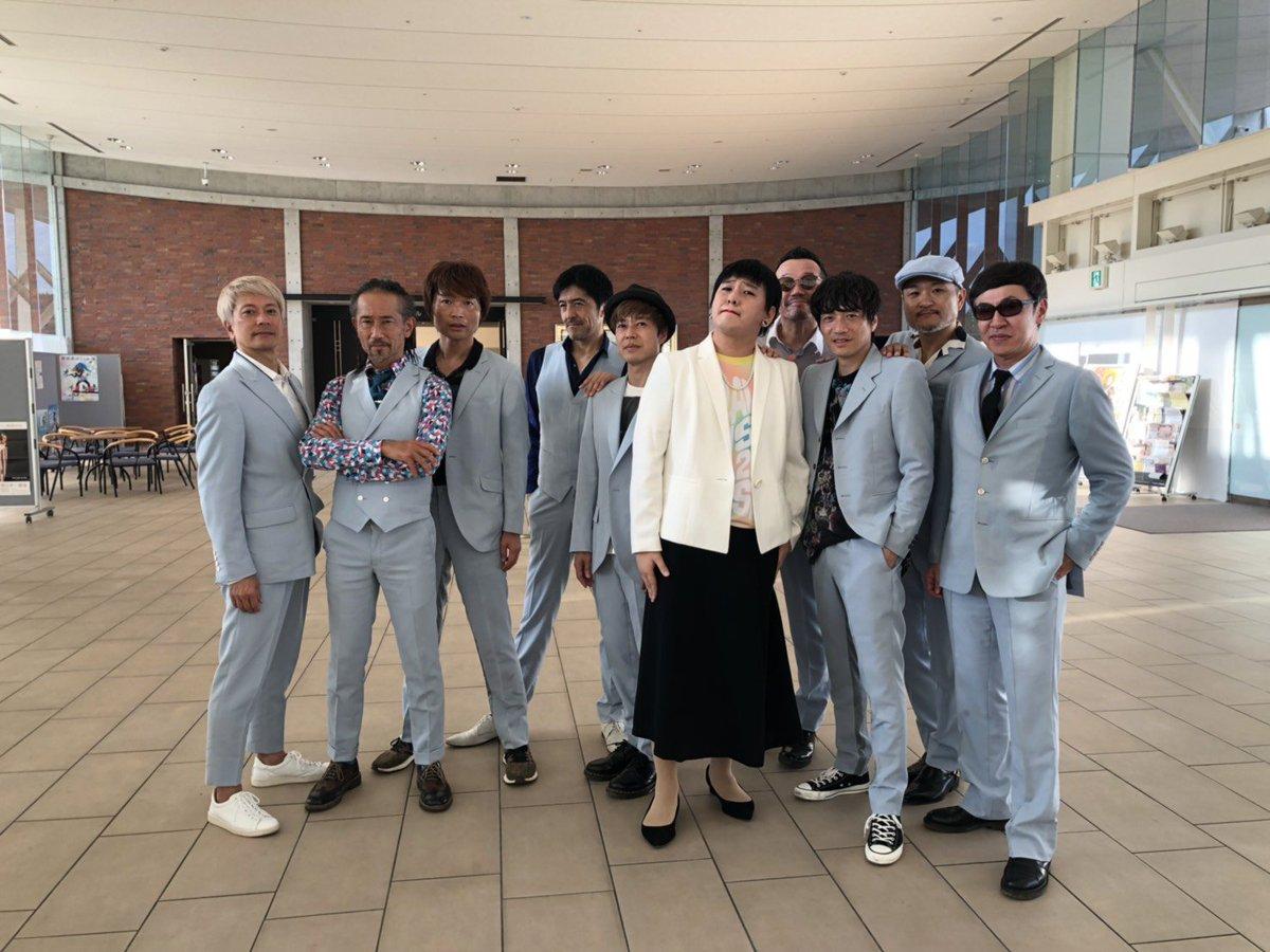 本日の秋田 #ACMF2019 で、僕は最後に『リボン』を歌ったのですが、#スカパラ のメンバーの皆さんがラストのサビでまさかのサプライズ登場して下さいました!写真はリボンのジャケット写真と同じ感じに撮ってくださいました😆一生の思い出です‼️‼️#東京スカパラダイスオーケストラ#ミスチル