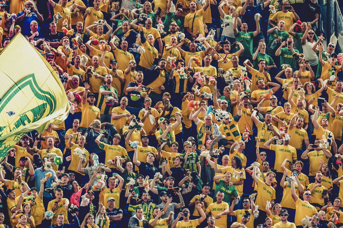 🇳🇱 As an annual tradition when @ADODenHaag play away at @Feyenoord_int... 🧸... Fans threw stuffed animals into the stands below. 🧒 In those stands are children from the Rotterdam Sophia Childrens Hospital. 👏 Amazing gesture.
