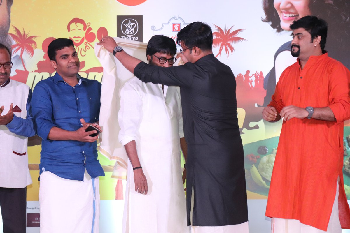 Honoring Mr. Harisree Ashokan, Malayalam Film Actor By Radiosuno and Radio Olive Managing Director Mr. Ameer Ali Paruvally at the venue of Suno Ponnonam! #Onam2019 #radio #qatar #india #malayalam #film #industry #radiosuno #harisree #harisreeashokan #birthday #celebrationpic.twitter.com/wS6gnCEUnL