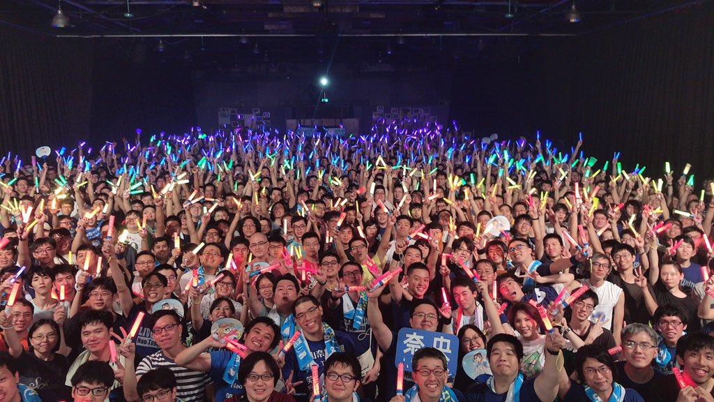 こちらが、台北の皆さんからのサプライズ!!!虹のペンライトを作っていただきました!ステージから見てめっちゃめちゃキレイだったです( ;∀;)歌いながら、フレーズの合間に「なんで!?」「どうなってるの!?」って聞いちゃうくらい、心から驚きました(笑)本当にありがとう!!(東山奈央)