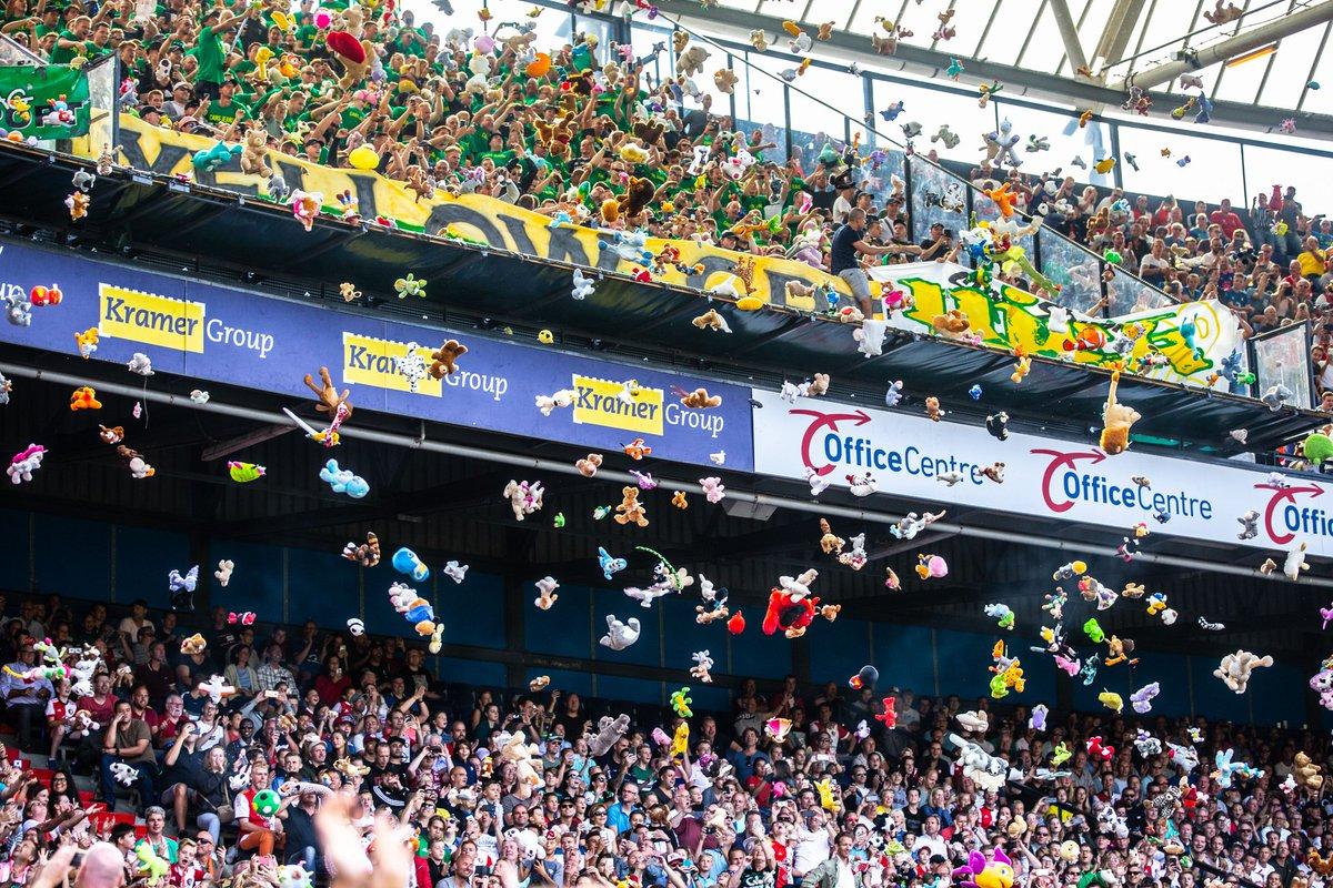 Durante a partida contra o Feyenoord, torcedores do Ado Den Haag jogaram cerca de 3 mil bichos de pelúcia em um setor onde estavam crianças de um hospital infantil de Roterdã. Nunca será apenas futebol! https://t.co/2szMvOlyJt