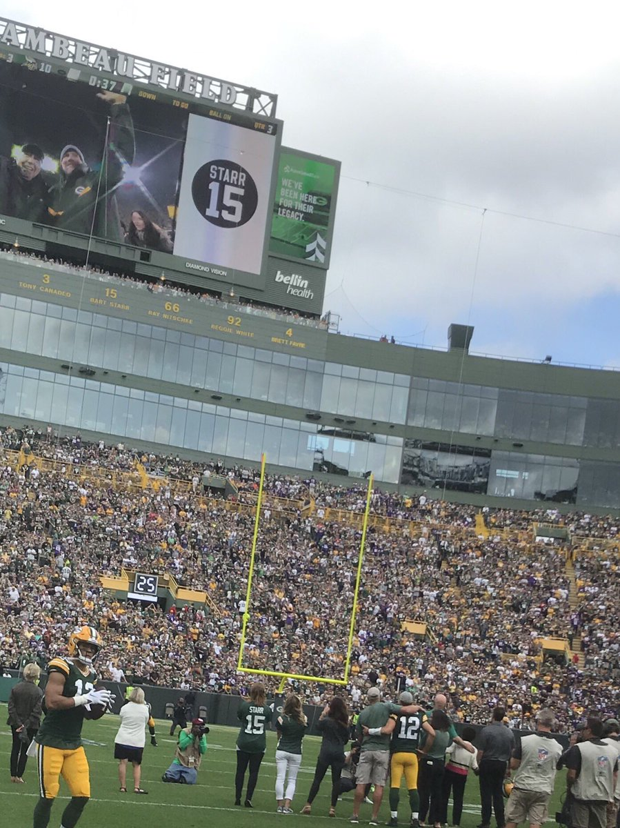 Nice @packers halftime tribute to @ProFootballHOF Bart Starr. @AaronRodgers12 joined @BrettFavre to watch the video
