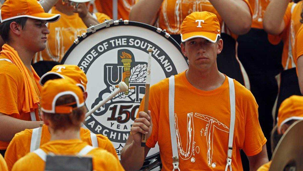 Tennessee band members wear T-shirt honoring bullied fan koat.com/article/tennes…