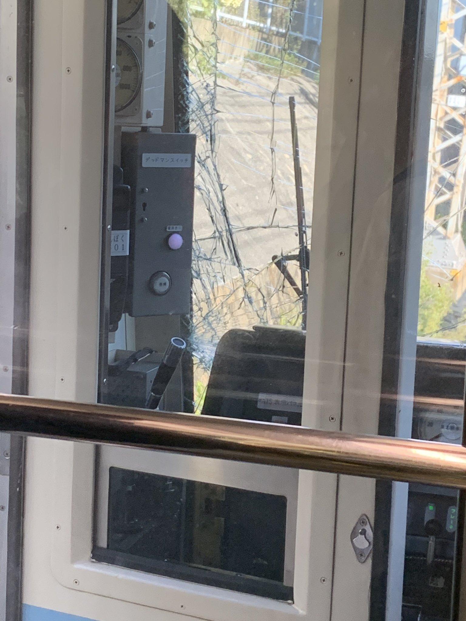 帝塚山駅の人身事故でフロントガラスが割れている現場の画像