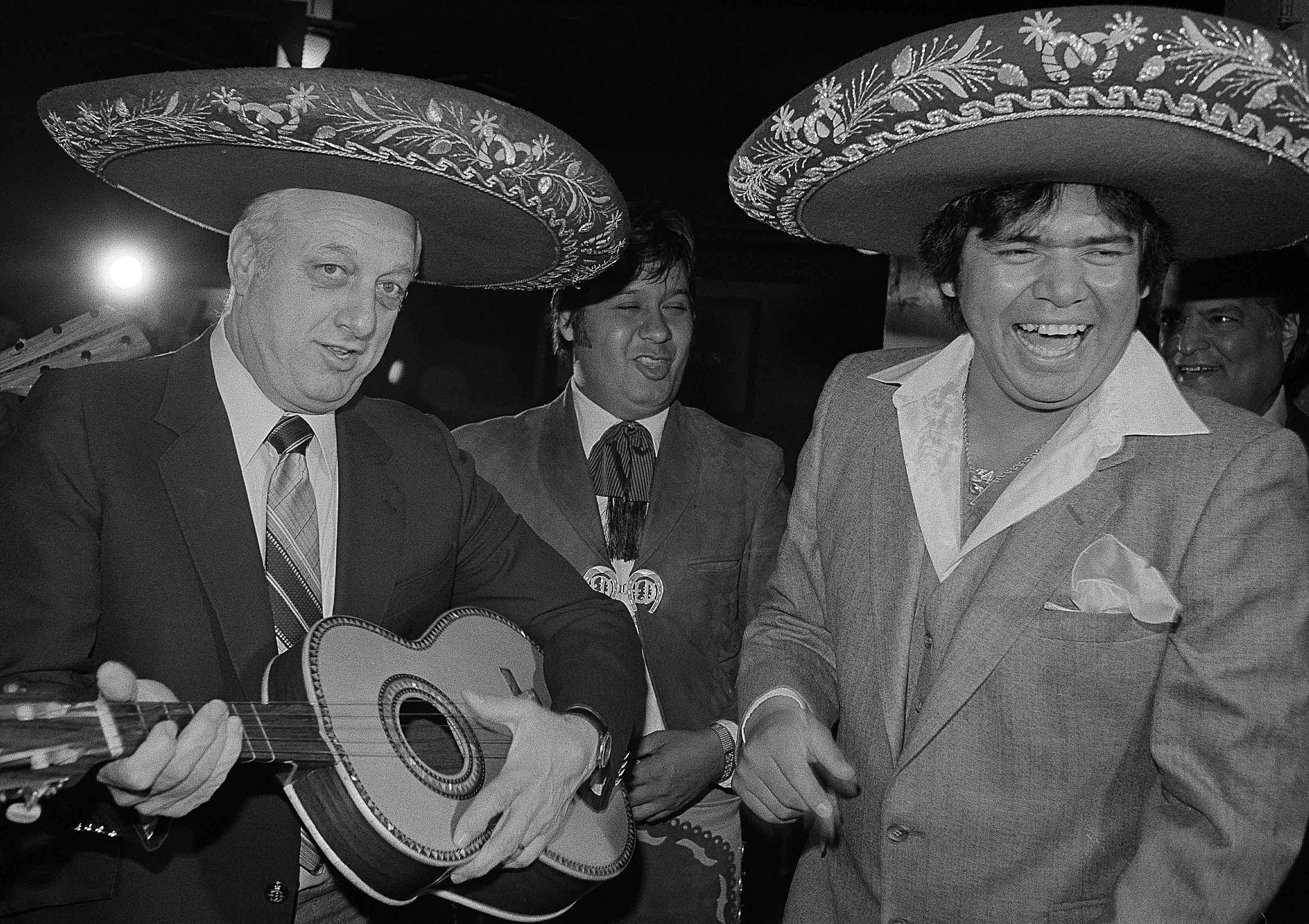 Fernando Valenzuela, de los Dodgers de Los Ángeles, con un sombrero de mariachi