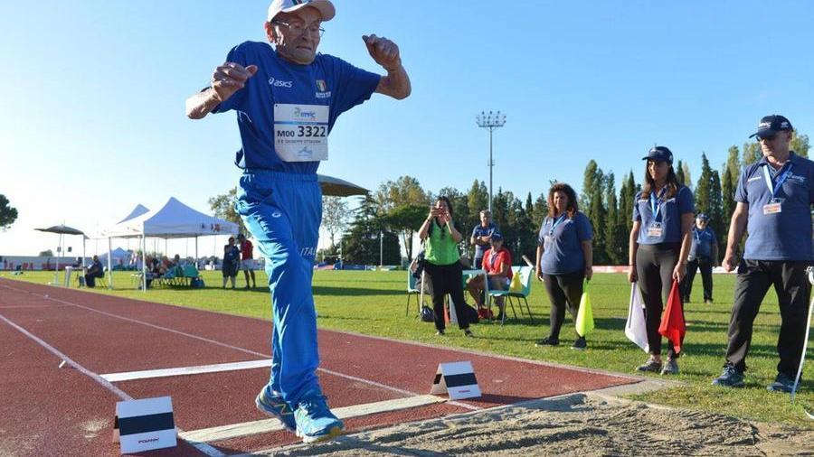 Gareggia nel salto in lungo a 103 anni e vince la ...