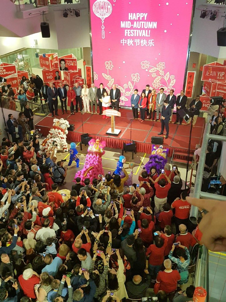 Fantastic turnout for @JustinTrudeau tonight in Markham to Celebrate the Mid-Autumn Moon Festival with hundreds of supporters from the GTA Chinese-Canadian Communities. Including a great delegation from #SpAFY This crowd knows we can't go back. That would be a #ScheerDisaster<br>http://pic.twitter.com/8Xqarn8Wn0