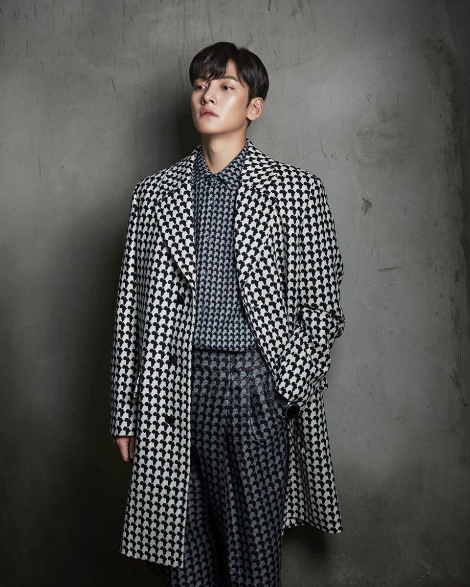 [Magazine] Photographer Kim Do Won has posted some outtakes of Ji Chang Wook's photoshoot for the September 2019 issue of Esquire Hong Kong.  (Credit: Wonderboy Studios Instagram)   <br>http://pic.twitter.com/oez5Wu0QZ8