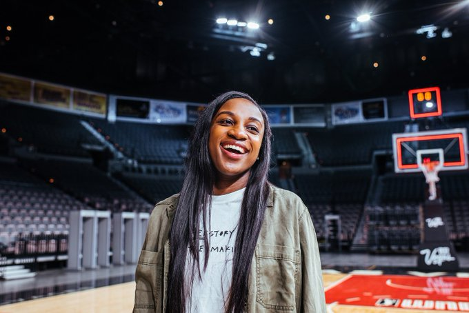 🥳  @JackieYoung3 is all smiles on her birthday #WNBAB