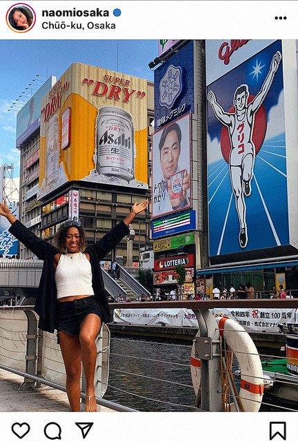 【Osaka in Osaka】大坂なおみ、道頓堀でグリコポーズ披露 https://t.co/oRGWZmwlj7  オフの時間に観光を楽しむ姿を投稿。道頓堀グリコサインをバックに、笑顔でグリコポーズを披露した。 https://t.co/vq1dPwQjdt