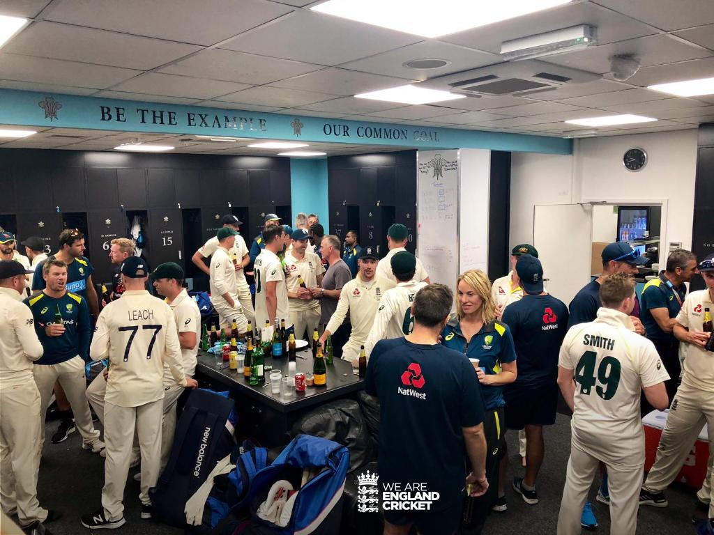 This is what Ashes cricket is all about! 🏴󠁧󠁢󠁥󠁮󠁧󠁿🇦🇺Which conversation would you join? 🤔