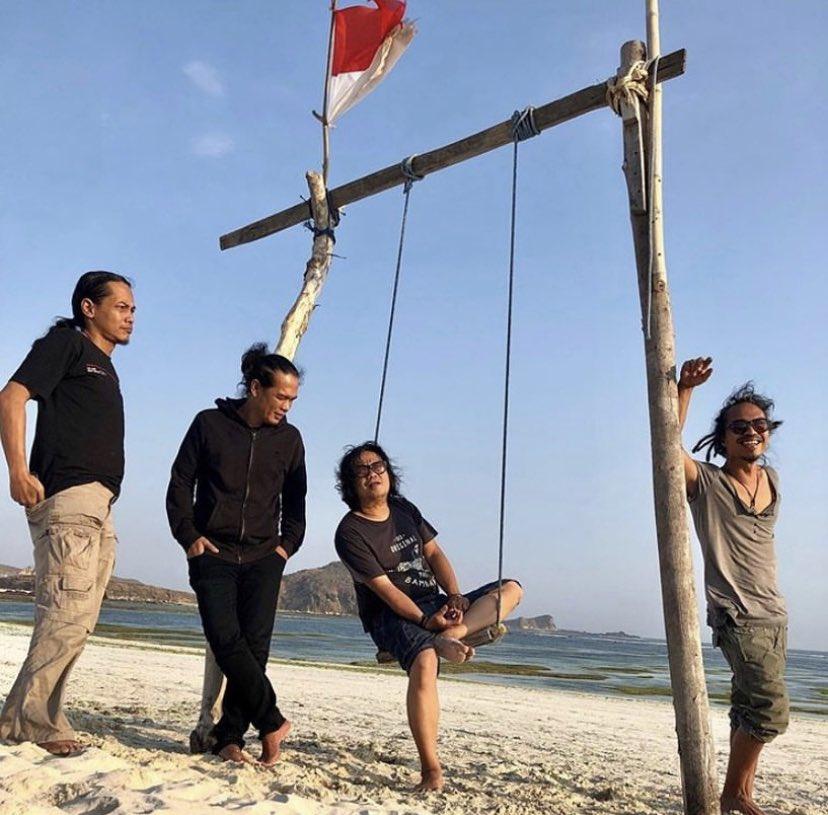"Kelompok musik BIP yang terdiri dari @bongqmarcel, @ipanglazuardi, @IndraQ dan @PAYburman merilis mini album berjudul 'Bikin Indonesia Paten' lewat Palu Records. Album ini berisi lagu seperti ""Kita Bisa"", ""Belgi"", ""Kontak"", ""Nona Biru"" dan ""Bebeb"". #billboardid #BIP https://t.co/TatAhSfcun"