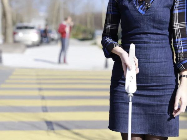 音声やセンサーで視覚障害者の外出をサポートする白杖デバイス「WeWALK」が画期的 | Techable(テッカブル)