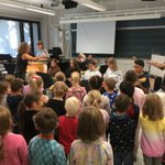 Image for the Tweet beginning: Lukiolaiset musisoivat yhdessä esikoululaisten kanssa!
