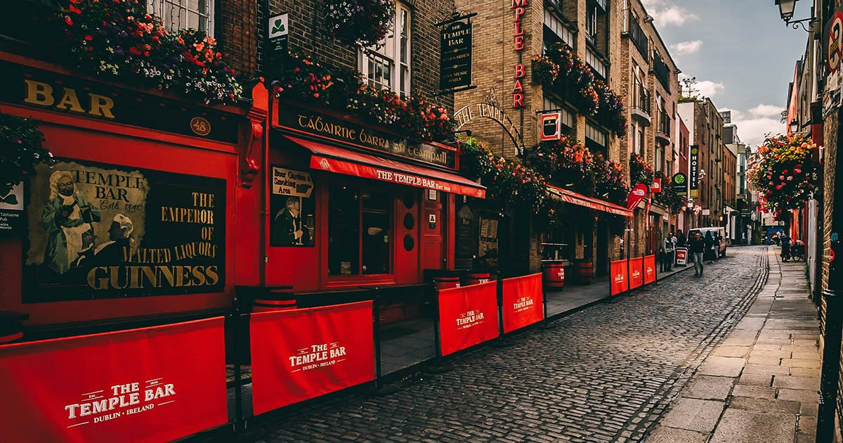 Is it your first time in #Ireland? 🍀🇮🇪 Don't stress, we've got your back with our guide to help you master the art of #Irish Slang🗣🙌https://t.co/juvpnjEA39 https://t.co/YyiWVp1gkN