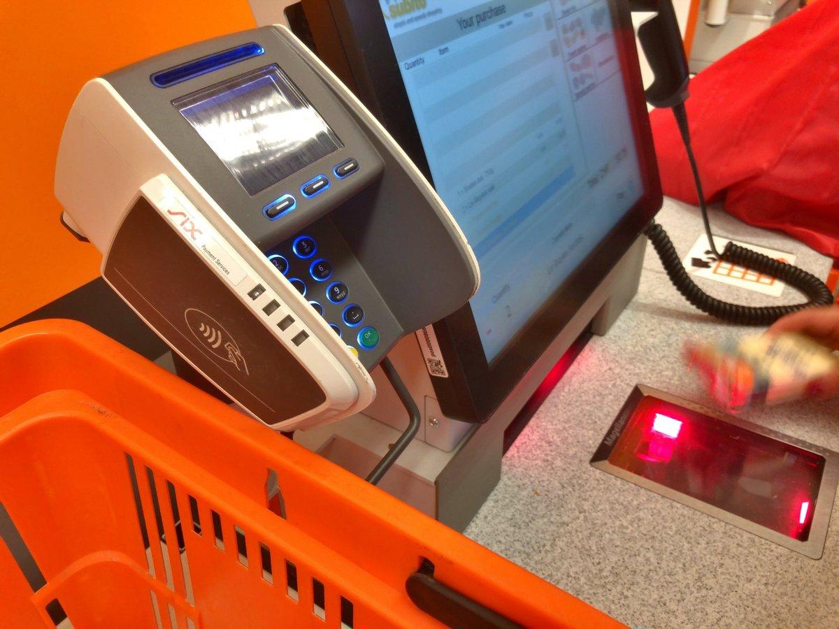 ジュネーブのスーパーのセルフレジ.端末の左側にコンタクトレス クレジットカードを登録したiPhoneをピッとして支払い完了