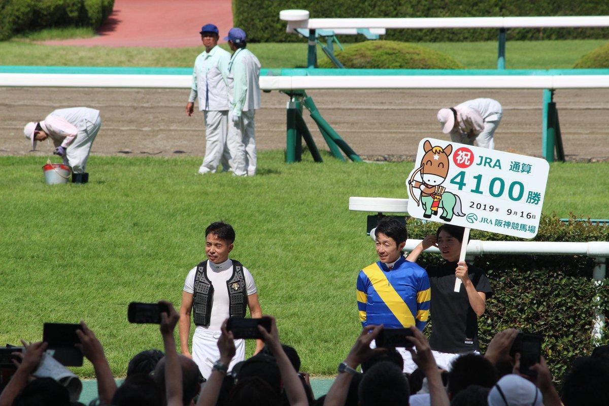 武豊騎手の横にいる岩田康誠騎手が目に入って仕方なかった。 そういえば…岩田康誠騎手のズボンチェックを完全に忘れてた(え?)