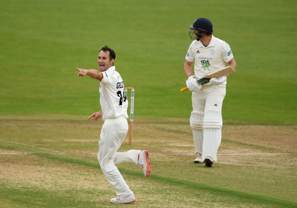 Brilliant morning for Championship leaders @SomersetCCC. They've reduced @hantscricket to 75/6. Meanwhile second place @EssexCricket are being frustrated by bad light at Chelmsford. https://bbc.in/2lOq4D1Commentary continues on 5 Live Sports Extra. #bbccricket