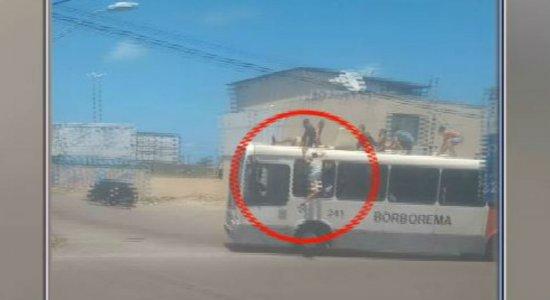 Homem cai de cima de ônibus enquanto