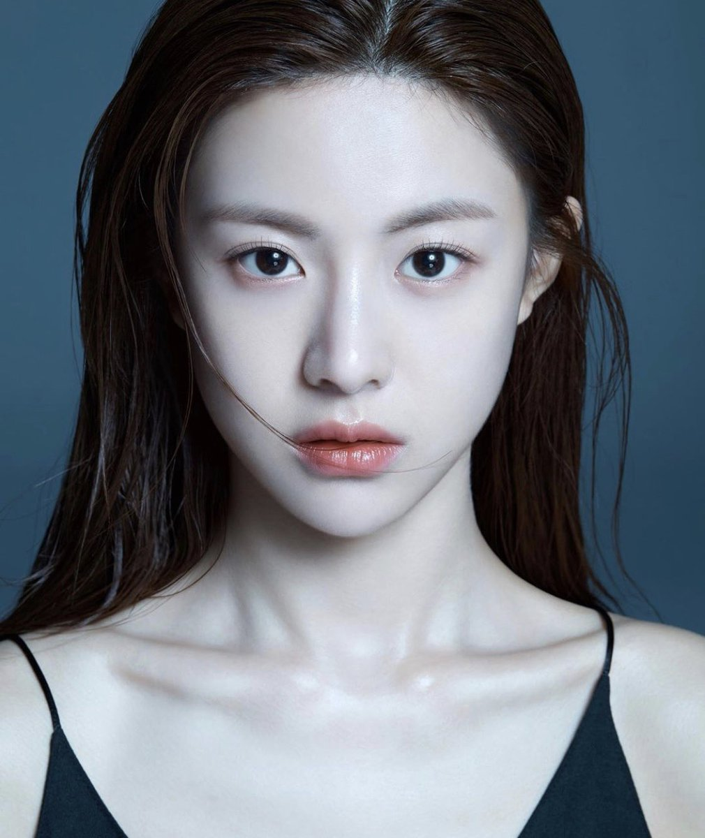 韓国の新人女優さんでおられるコ・ユンジョン(고윤정) さんまじの美女でこの完璧なお顔に圧倒されてる。インスタでちょくちょくお目にかかっていたので凄く気になっていて…モデルさんかと思っていましたが女優さんでしたか。この美貌ならいろんな広告モデルに抜擢されるのも納得