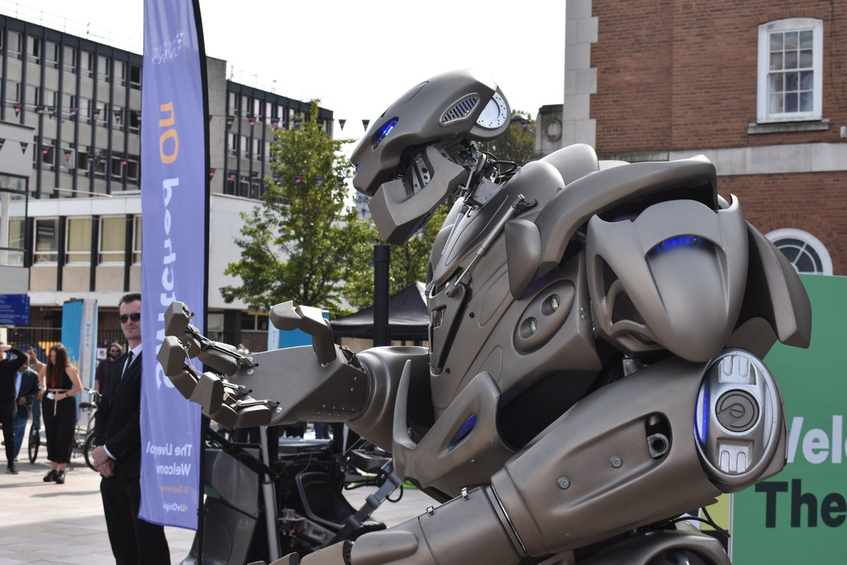 Around the @livuni campus this afternoon? Titan the Robot last show at 2:30pm- be at University Square to find out how to win £5,000! 💷 #LivUni #HelloLivUni