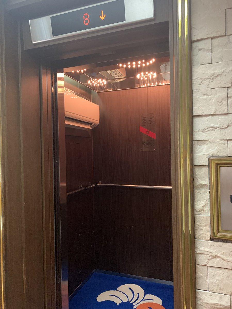 下呂温泉の旅館のエレベーターにはダイレクトにエアコンが設置されててくすっとなりやした。