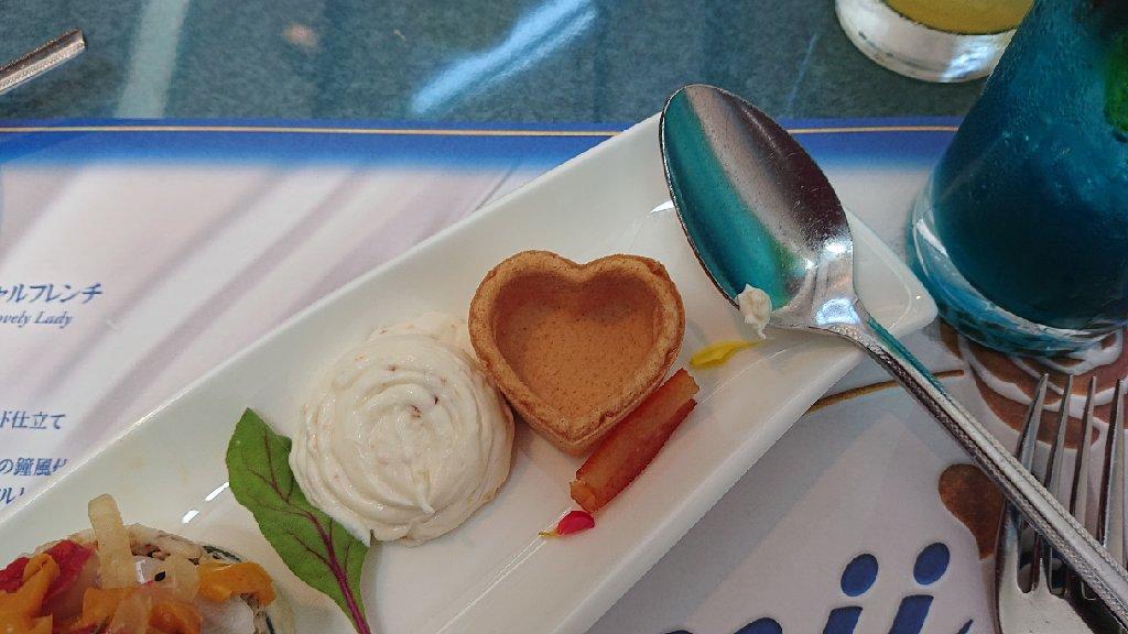 ★今日の昼メシ、美味かったけどシェフの態度が気に入らんっ💢ハートのタルトに入れなきゃいけないクリームを皿に出しやがった❗スプーンにも飛んだし😠