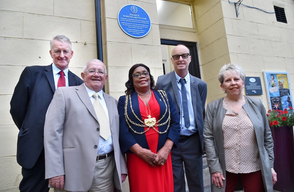 The oldest club in England gets a blue plaque. Report and photo slideshow of Thursdays celebration at @holbeckwmc @SlungLow @LeedsCivicTrust southleedslife.com/holbeck-club-g…