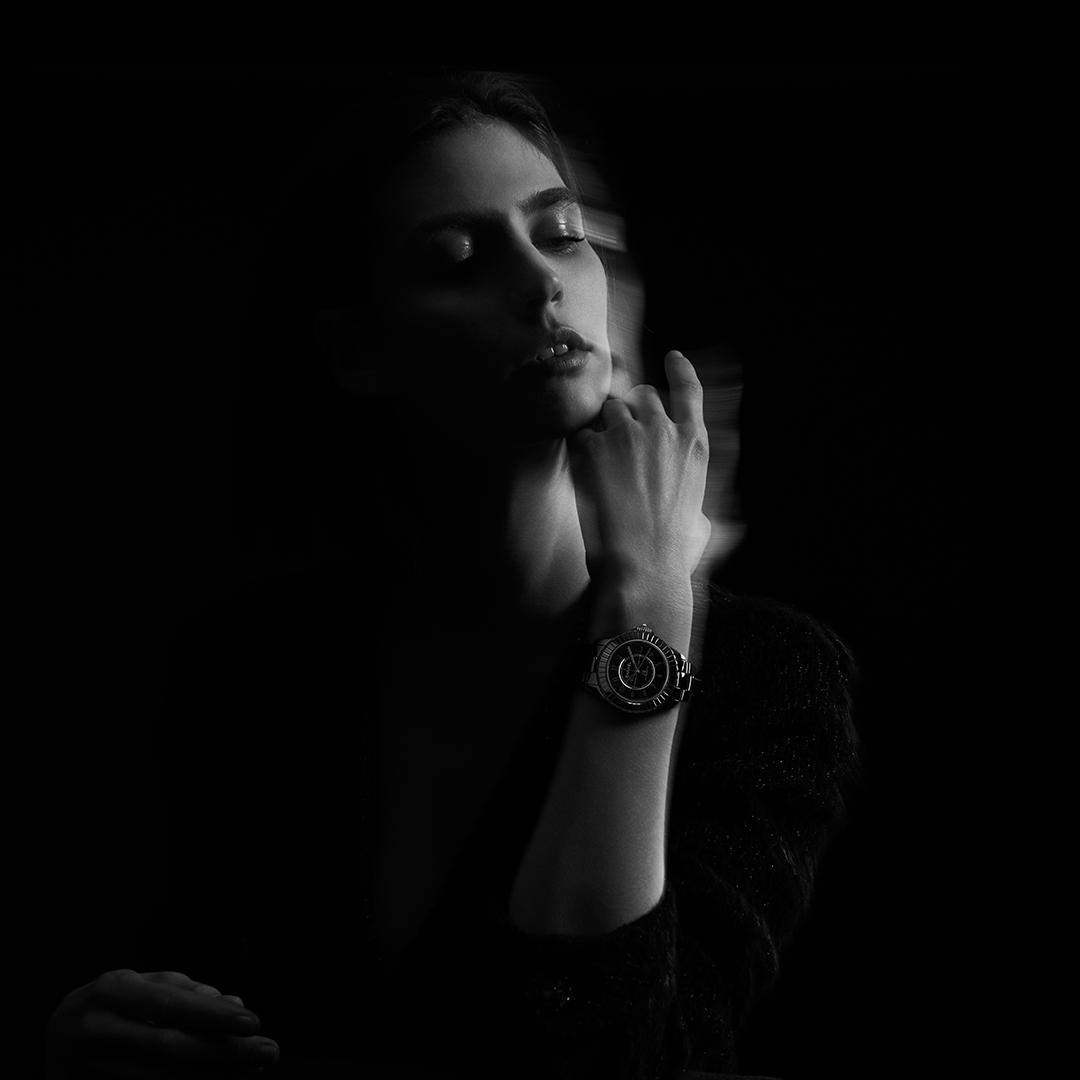 J12 ÉDITION NOIREDiscover the new, limited-edition iconic watch in a total black look. A bold, striking allure. More on http://chanel.com/-BlackJ12#EditionNoire #J12 #CHANELWatch #BlackWatch