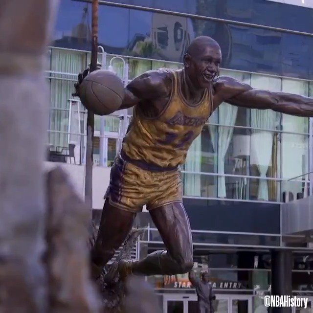 The @Lakers unveiled a statue of Elgin Baylor outside of @STAPLESCenter in 2018 among family, friends & former teammates! #NBABDAY