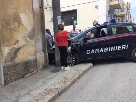 Auto dei carabinieri schiantata contro un palo per evitare un pedone, inseguivano dei ladri - https://t.co/dBmrsr3BoQ #blogsicilianotizie