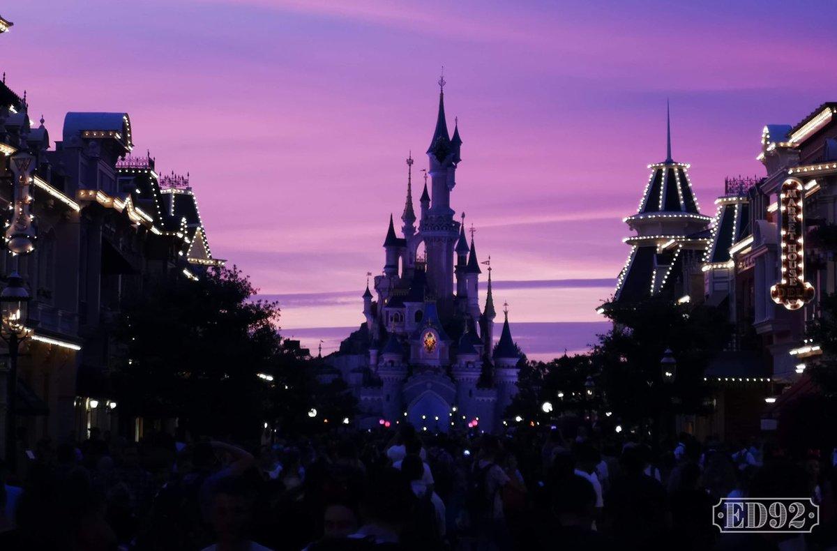 Beautiful Disneyland Paris sunset tonight  <br>http://pic.twitter.com/BxeexzfrR1