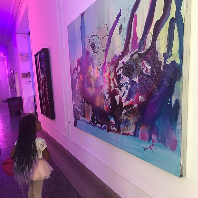 Checking out art at @afhbronx. Do you take your kids to check out art exhibits? What's their favorite? She loved when the Andrew Freedman Home has a paper dress exhibit earlier in the year. . . . #andrewfreedmanhome #bronxart #bronxkids #youngartist #you… https://ift.tt/2AoIFth pic.twitter.com/GGJ6q1EHg5