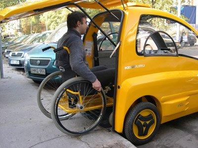 これ前からも乗り降り出来たらもっとサイコーじゃない🤔車椅子に乗ったまま運転できる電気自動車「Kenguru」がイギリスでもうすぐ発売 | Techable(テッカブル)  @TechableJpから