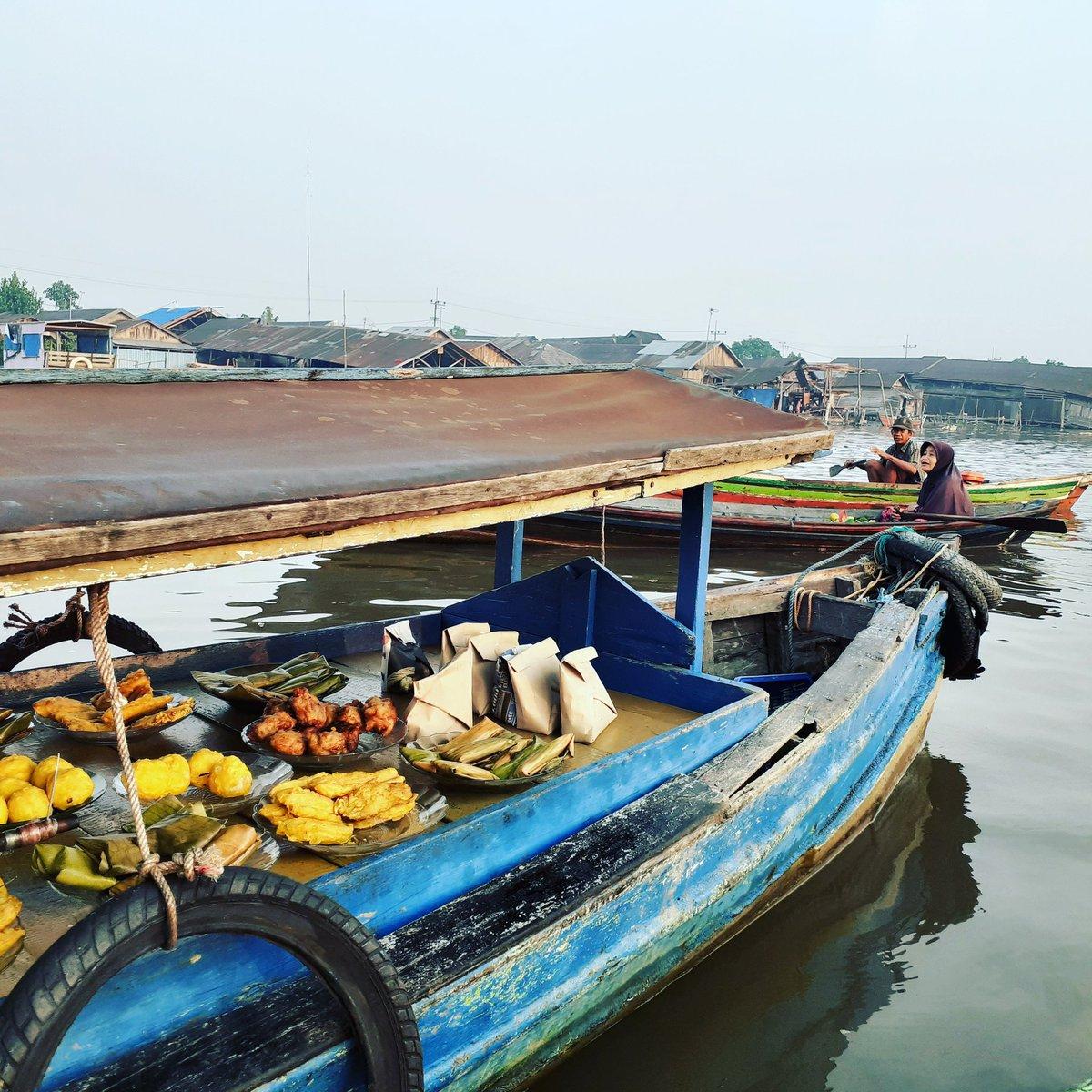 The breakfast boat at  #floating Market  #Banjarmasin #Indonesia #banjarmasintour #wisatabanjarmasin  #wisatakebanjarmasin #tourguide #tour #travel #world  #wereld #monde #mundo #touristguidebanjarmasin #guidebanjarmasin #pemanduwisatadibanjarmasin #pakettourbanjarmasin #wisatapic.twitter.com/EJmXS1NErP