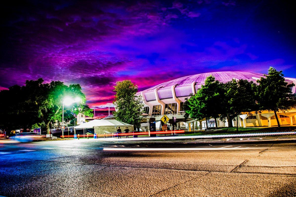 Nothing like @LSU sunsets! twitter.com/LSUfootball/st…