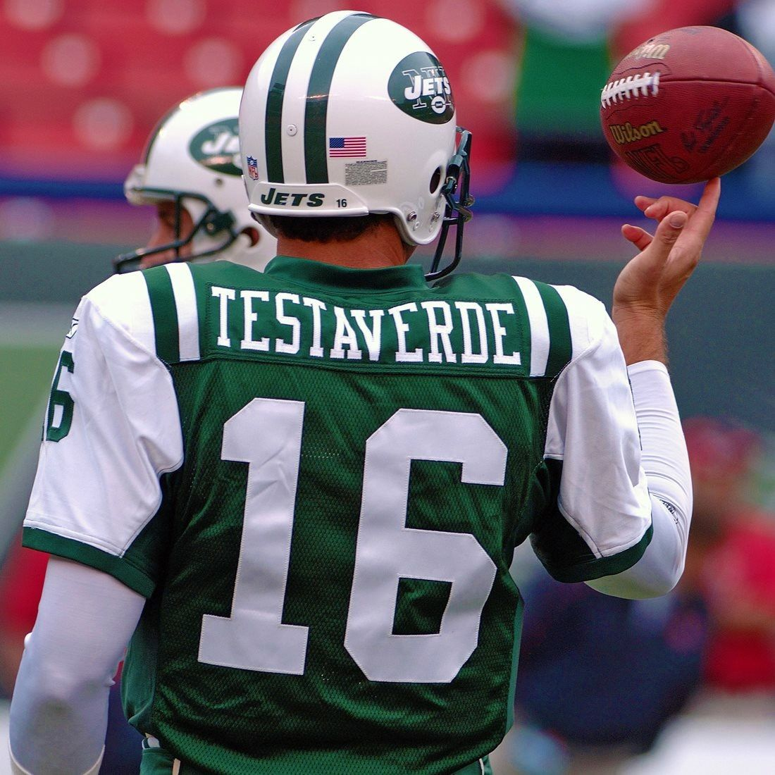 Testaverde is warming up lol #MNF #NYJ <br>http://pic.twitter.com/Dt1Xf2Yzws